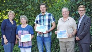 Kirsten Lüschen (GSU), Johanne Burmeister, Marcel Baßler, Wolfgang Ladeck und Tobias Brokop (GSU) bei der Gewinnübergabe (Foto - v.l.)